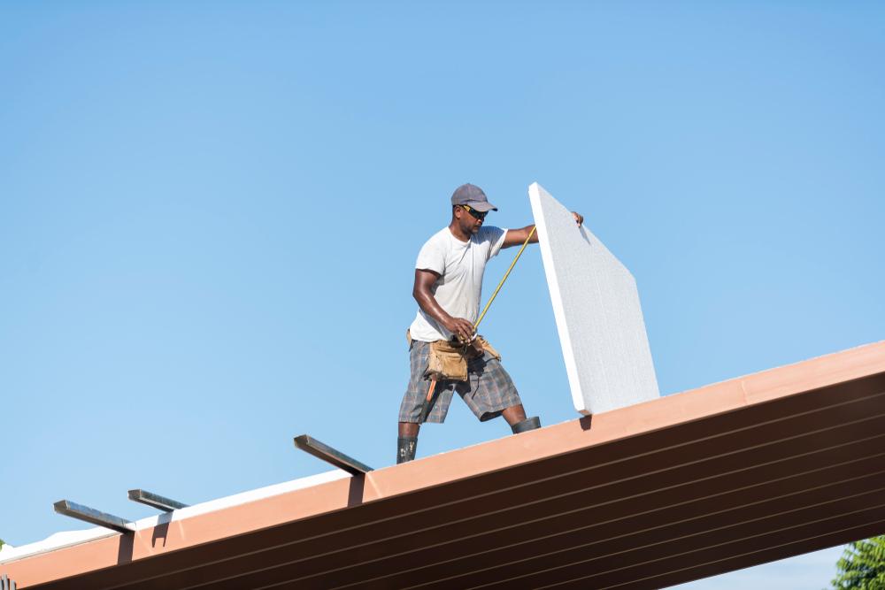 En arbetande takläggare i Norrköping.